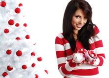 jul som dekorerar treewhitekvinnan Arkivfoton