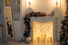 Jul som dekoreras i vitt rum royaltyfria foton