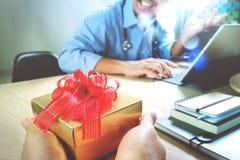 jul som ger glädje Tålmodig hand eller lag som ger en gåva till ett förvånat mig Royaltyfri Bild