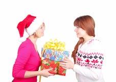 jul som ger hatt den aktuella santa t slitage kvinnan Royaltyfri Foto