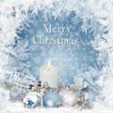 Jul som hälsar bakgrund med stearinljus, sörjer filialer, bollar på en blå bakgrund med en frostig modell royaltyfri fotografi
