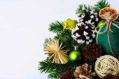 Jul som hälsar med sugrörstjärnor, sörjer kottar, och lantligt tvinna Royaltyfri Bild