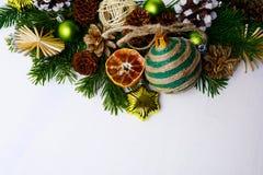 Jul som hälsar med sugrörstjärnor, torkad apelsiner och lantligt eller Arkivfoton