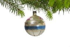 jul som hänger den retro treen för prydnad Arkivbilder