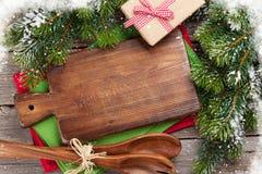 Jul som lagar mat tabellen, gåvaasken och redskap Arkivfoton