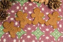 Jul som ler pepparkakamän på dekorativ bakgrund Arkivfoto