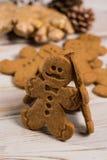 Jul som ler pepparkakamän på lantlig träbakgrund Royaltyfri Bild