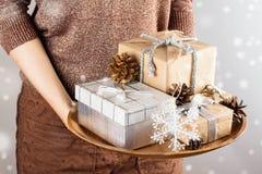 jul som rymmer presentskvinnan Arkivfoto