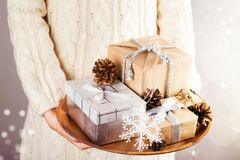 jul som rymmer presentskvinnan Arkivfoton