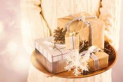 jul som rymmer presentskvinnan Arkivbild