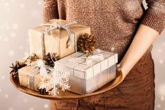 jul som rymmer presentskvinnan Royaltyfri Bild