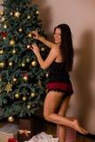 jul som rymmer presentskvinnan royaltyfri foto