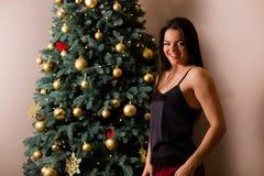 jul som rymmer presentskvinnan royaltyfria foton