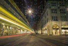 Jul som shoppar i den colorfully dekorerade Zurich Bahnhofstr Arkivbild