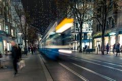 Jul som shoppar i den dekorerade Zurich Bahnhofstrasse - 3 Royaltyfria Foton