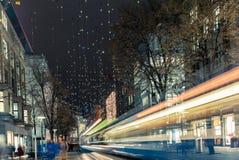 Jul som shoppar i den dekorerade Zurich Bahnhofstrasse - 2 Arkivfoto