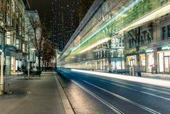 Jul som shoppar i den dekorerade Zurich Bahnhofstrasse - 8 Royaltyfri Fotografi