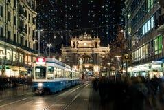 Jul som shoppar i den dekorerade Zurich Bahnhofstrasse - 6 Royaltyfri Foto