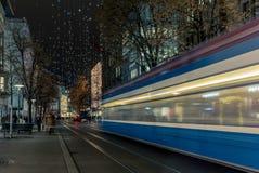 Jul som shoppar i den dekorerade Zurich Bahnhofstrasse - 4 Fotografering för Bildbyråer