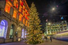 Jul som shoppar i den dekorerade Zurich Paradeplatz - 2 Arkivfoto
