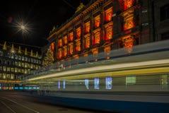 Jul som shoppar i den dekorerade Zurich Paradeplatz - 1 Arkivfoton