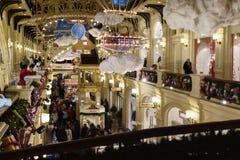 Jul som shoppar i Moskva, Ryssland fotografering för bildbyråer