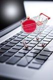 Jul som shoppar online-datoren arkivfoto
