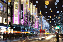 Jul som shoppar på den Oxford gatan Royaltyfri Foto