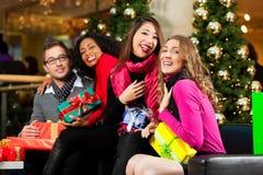 Jul som shoppar - vänner i galleria Arkivbilder