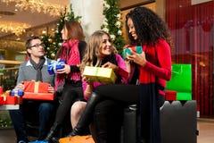 Jul som shoppar - vänner i galleria Royaltyfri Fotografi