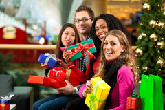 Jul som shoppar - vänner i galleria Arkivbild