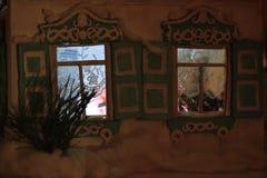 Jul som skiner fönster med trädet för nytt år Royaltyfri Fotografi