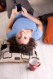 Jul som smsar på hennes mobil för denna flicka Fotografering för Bildbyråer