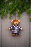 Jul som ställer in björnen för nalle för sammansättningsgåvaskog Arkivfoto