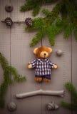 Jul som ställer in björnen för nalle för sammansättningsgåvaskog Arkivfoton