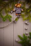 Jul som ställer in björnen för nalle för sammansättningsgåvaskog Arkivbilder