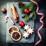 Jul som ställer in med säsongsbetonad feriebakning royaltyfria foton