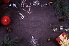 Jul som tjänar som tabellen - plattan, exponeringsglas, lampan, stearinljus, sörjer kottar, gåvaask Top beskådar Lantlig bakgrund Arkivbild