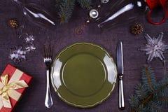 Jul som tjänar som tabellen - plattan, exponeringsglas, lampan, stearinljus, sörjer kottar, gåvaask Top beskådar Lantlig bakgrund Royaltyfria Foton