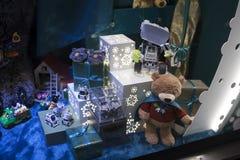 Jul ställer ut på Debenhams Chain säljande egen-märke för varuhus och internationella mode-, skönhet- och homewareprodukter Arkivbilder
