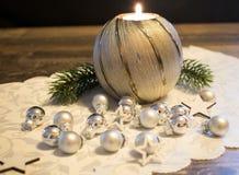 Jul stearinljus med julbollar Royaltyfri Bild