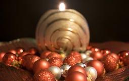Jul stearinljus med julbollar Arkivbilder