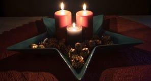 Jul stearinljusgarnering i en dekorativ bunke Arkivfoton