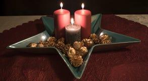 Jul stearinljusgarnering i en dekorativ bunke Royaltyfria Foton