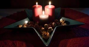 Jul stearinljusgarnering i en dekorativ bunke Royaltyfri Bild