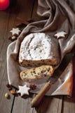 Jul stollen med kanelbruna pinnar för kanelbruna stjärnor som muttrar baktalar på sammetservett Royaltyfri Foto