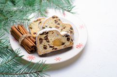 Jul Stollen, traditionell frukt släntrar kakan, den festliga efterrätten för vinterferier arkivbilder