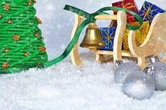 Jul tajmar för beröm Santa Claus släde med ett grönt band av glad jul och att symbolisera för klocka Arkivfoto