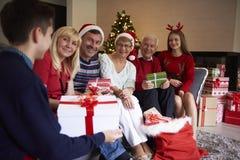 Jul tajmar med familjen Fotografering för Bildbyråer