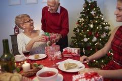 Jul tajmar med familjen Arkivfoton